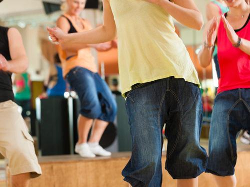 踊っている女性達